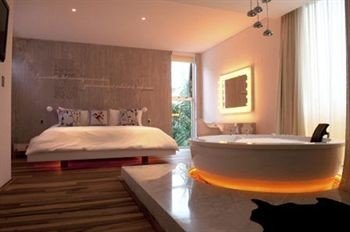 property swimming pool Suite jacuzzi cottage Bedroom tub bathtub