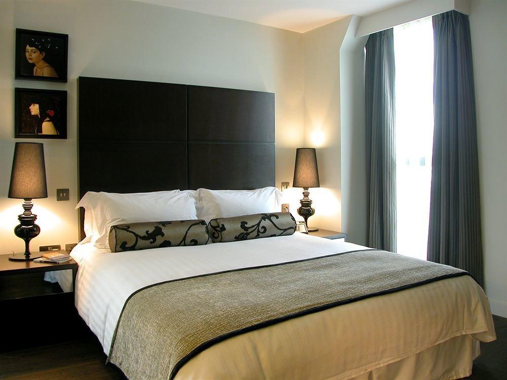 sofa Bedroom property Suite scene bed frame cottage pillow bed sheet lamp