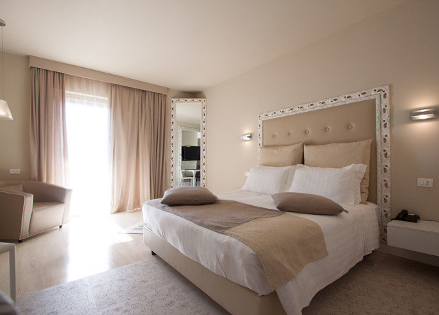 Bedroom property Suite cottage living room condominium bed frame
