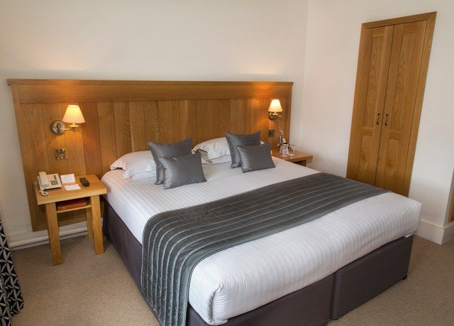 Bedroom property desk Suite cottage bed frame