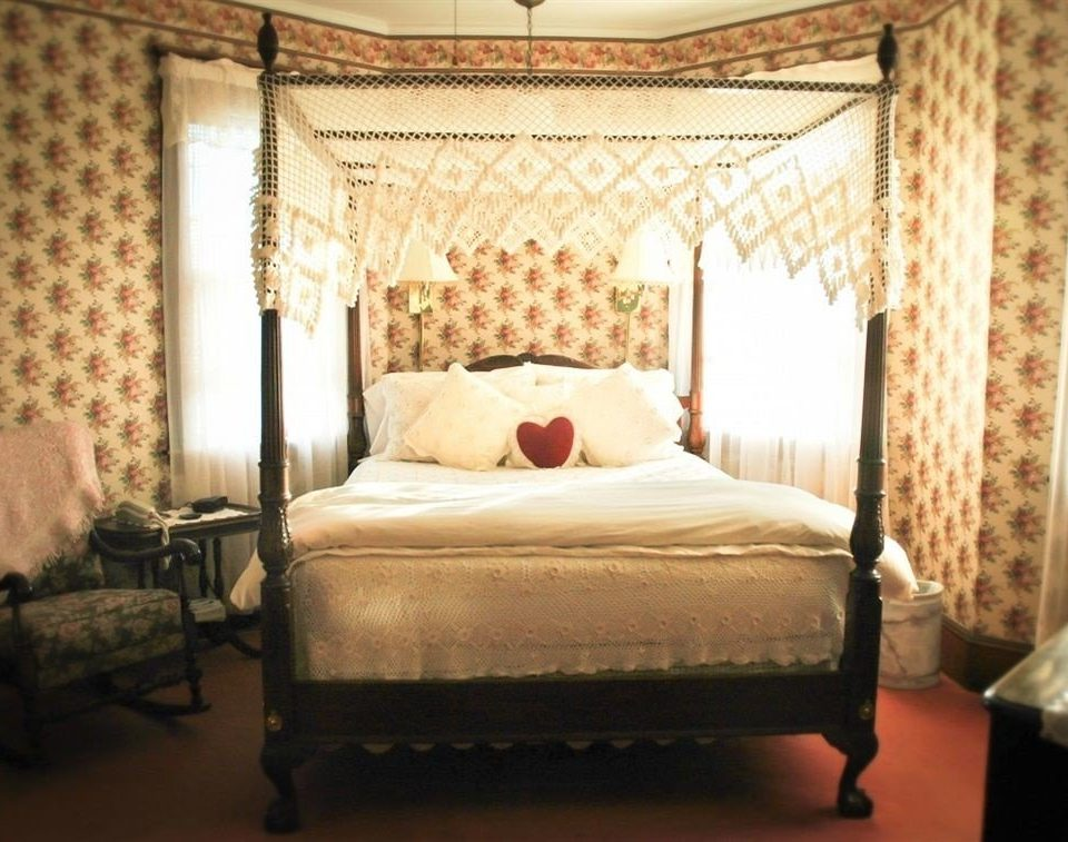 Bedroom four poster Suite bed frame lamp