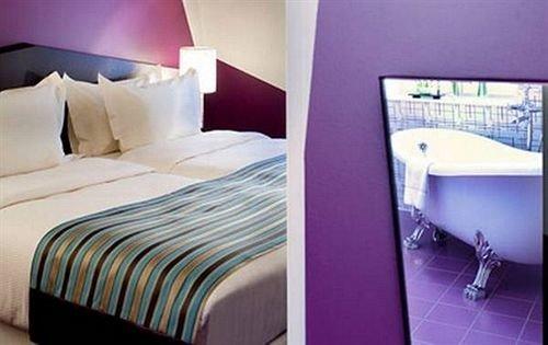 property Suite Bedroom cottage bed sheet bedclothes