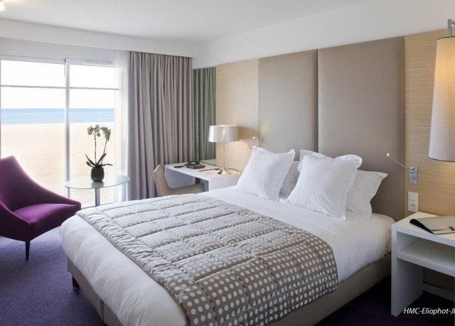 Bedroom sofa property desk Suite condominium cottage bed sheet lamp