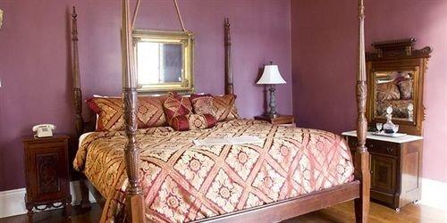 property Bedroom cottage hardwood Suite bed sheet lamp