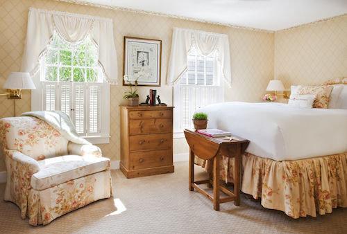 property Bedroom living room home cottage hardwood Suite farmhouse bed sheet