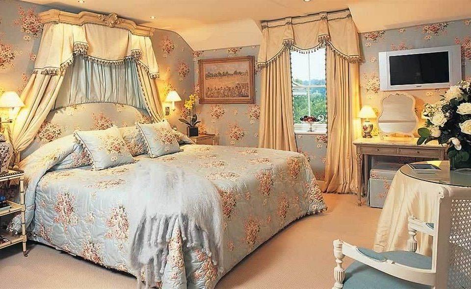 sofa Bedroom property Suite living room bed sheet home cottage lamp