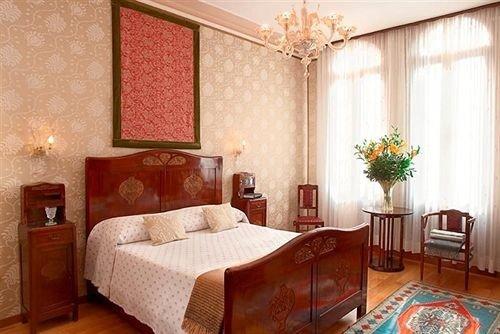 property Suite Bedroom cottage living room bed sheet