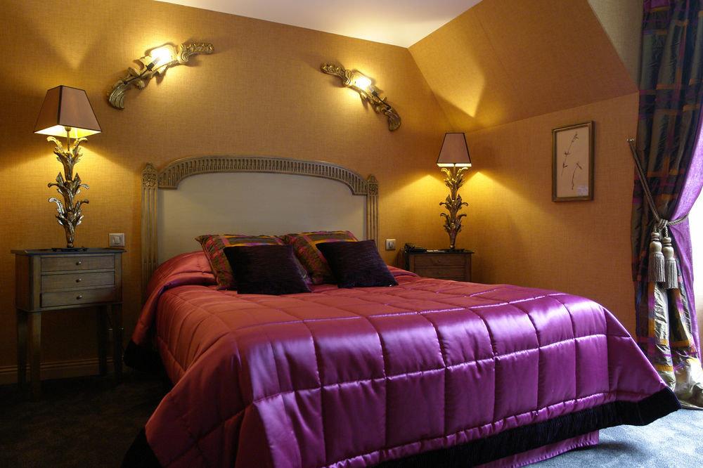 property Bedroom scene Suite cottage bed sheet lamp purple