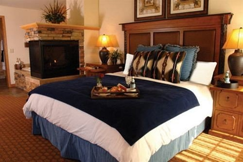 property cottage Bedroom Suite hardwood bed sheet