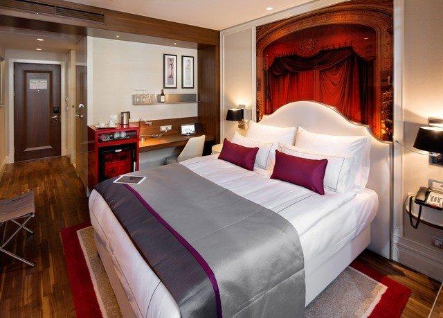 sofa property Suite Bedroom cottage bed sheet