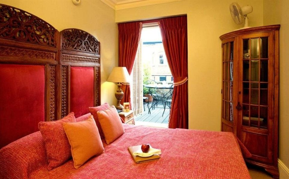 red sofa property Suite Bedroom cottage bright