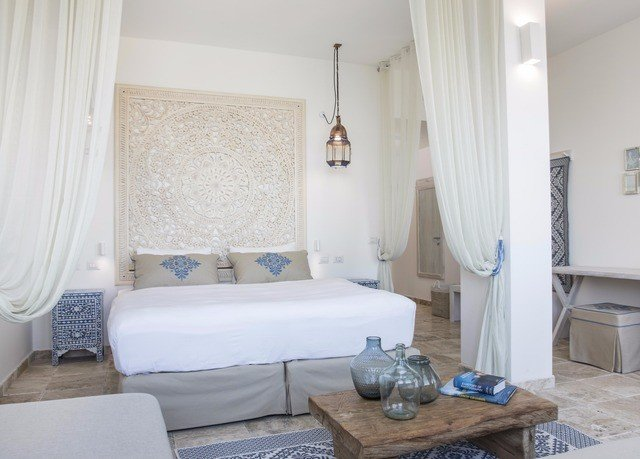 property Suite cottage Bedroom condominium cluttered