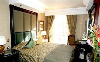 property Bedroom cottage Suite condominium lamp