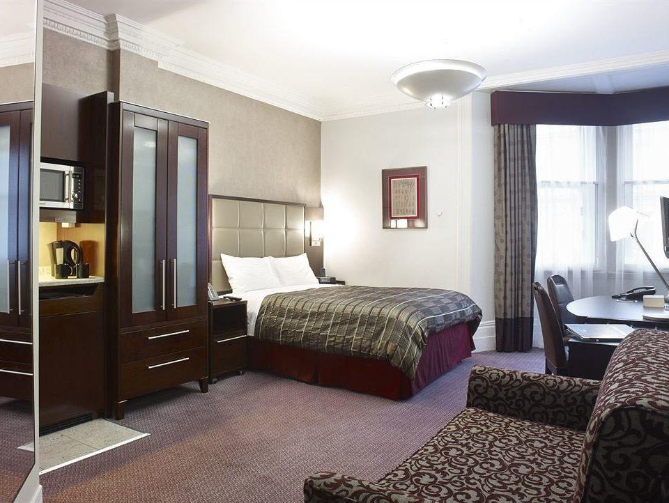 Bedroom property Suite condominium cottage home living room