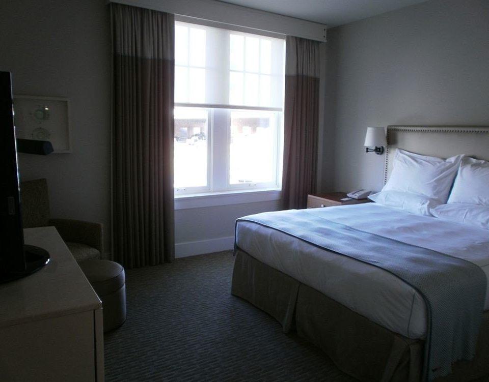 Bedroom property Suite condominium cottage lamp
