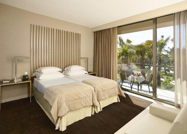 Bedroom property Suite cottage condominium living room
