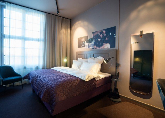 property Bedroom Suite living room home condominium cottage