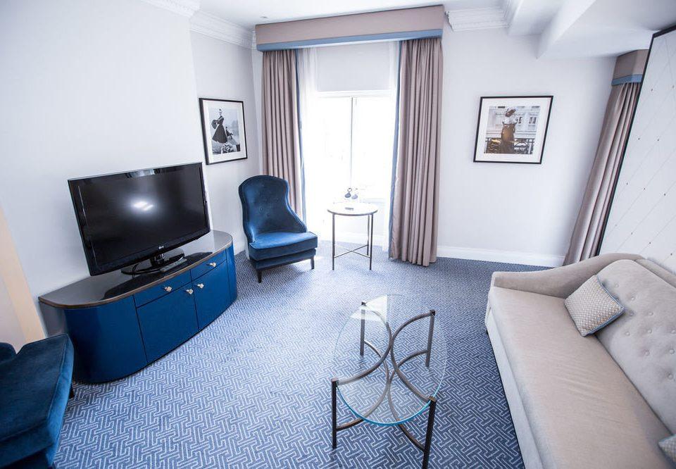 property Suite living room home cottage condominium Bedroom sofa