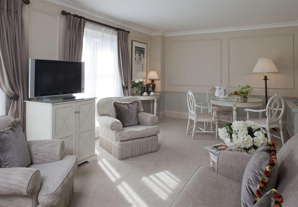 sofa property living room home cottage Suite condominium Bedroom