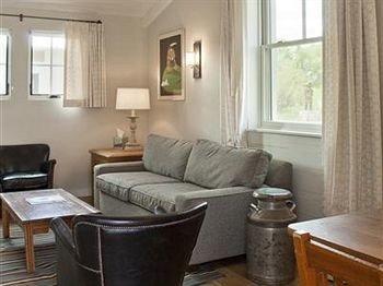 property cottage living room home Suite condominium Bedroom