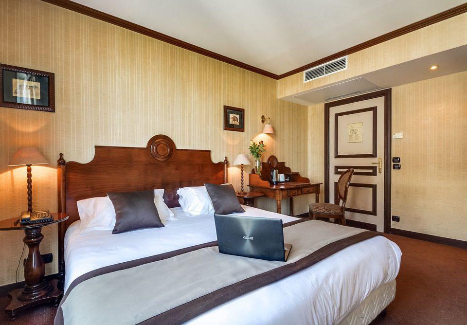 Bedroom property Suite home cottage condominium living room