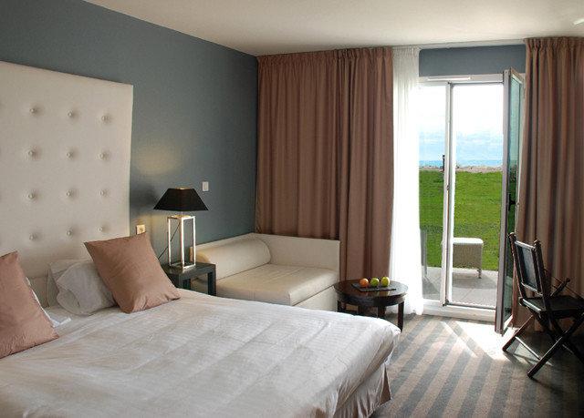 property Bedroom Suite cottage living room condominium