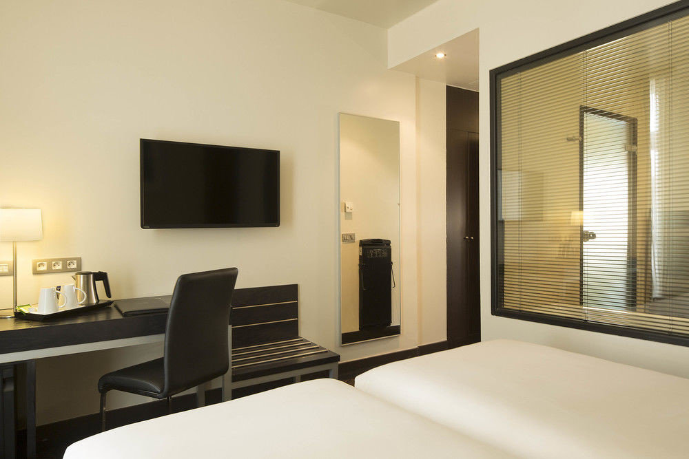mirror property condominium living room Suite home Bedroom