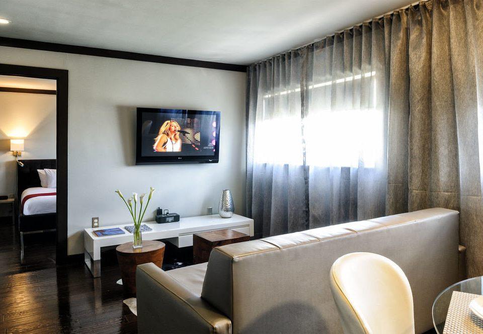 property Suite living room condominium home restaurant Bedroom tub