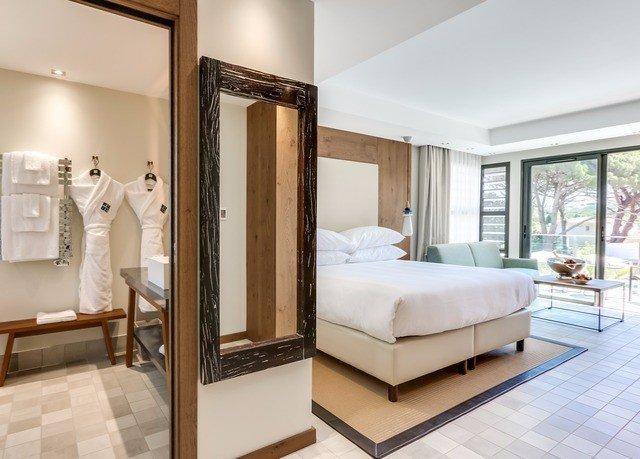 property Bedroom Suite condominium living room home