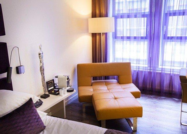 property Suite living room condominium Bedroom lamp