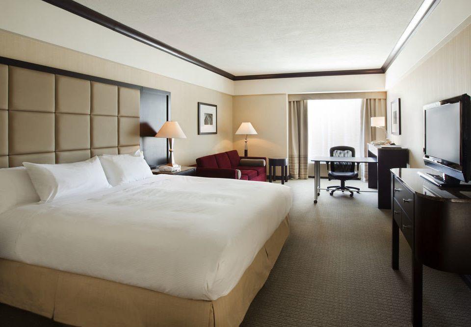 Bedroom property Suite condominium lamp