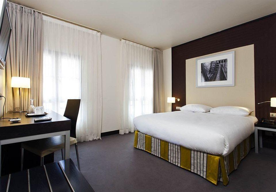 Bedroom property Suite desk cottage lamp