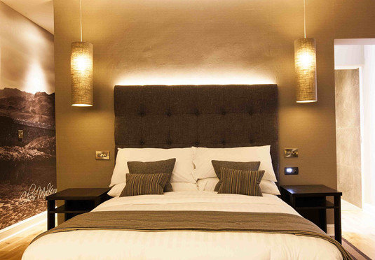 Bedroom property Suite double cottage lamp