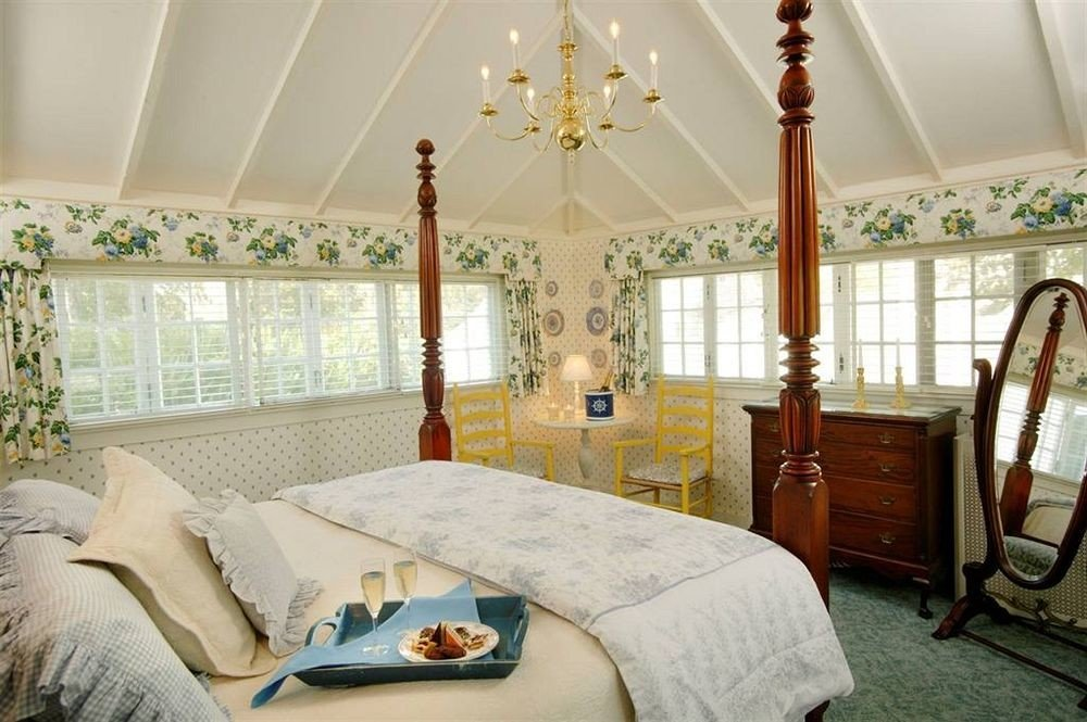 property Bedroom home cottage living room Suite farmhouse pillow mansion
