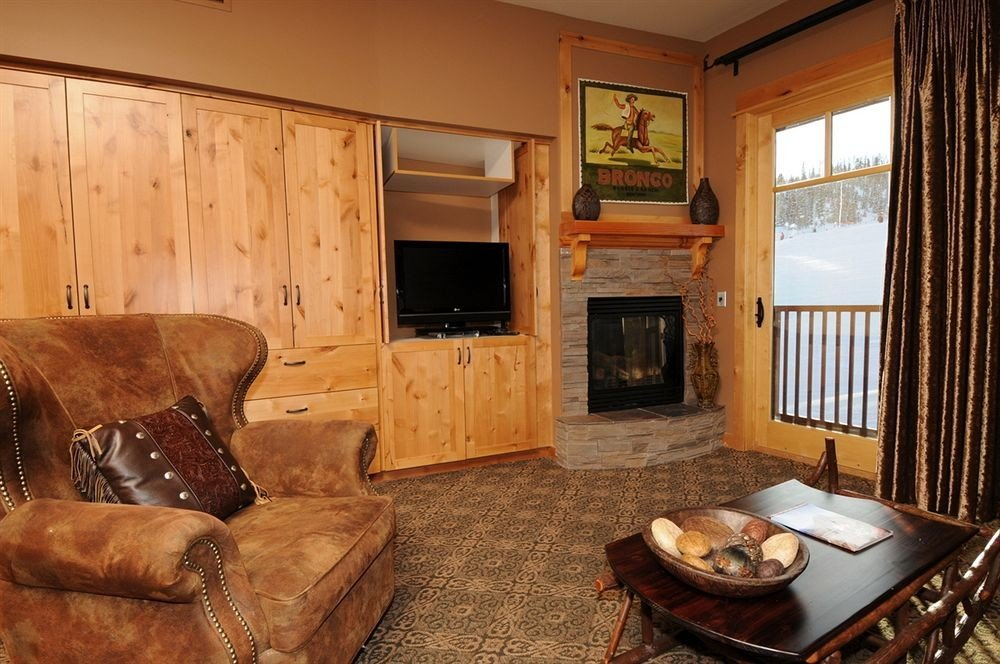 sofa property living room home cottage hardwood Bedroom farmhouse Suite log cabin leather