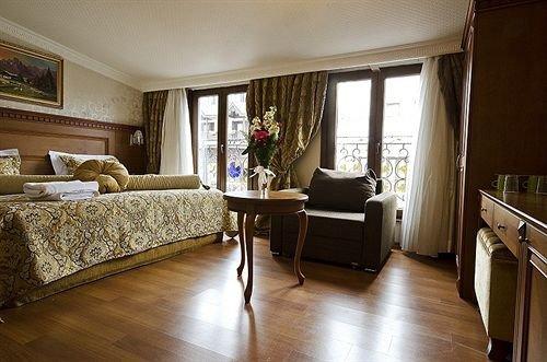 property home living room hardwood Suite Bedroom cottage hard wood flooring flooring