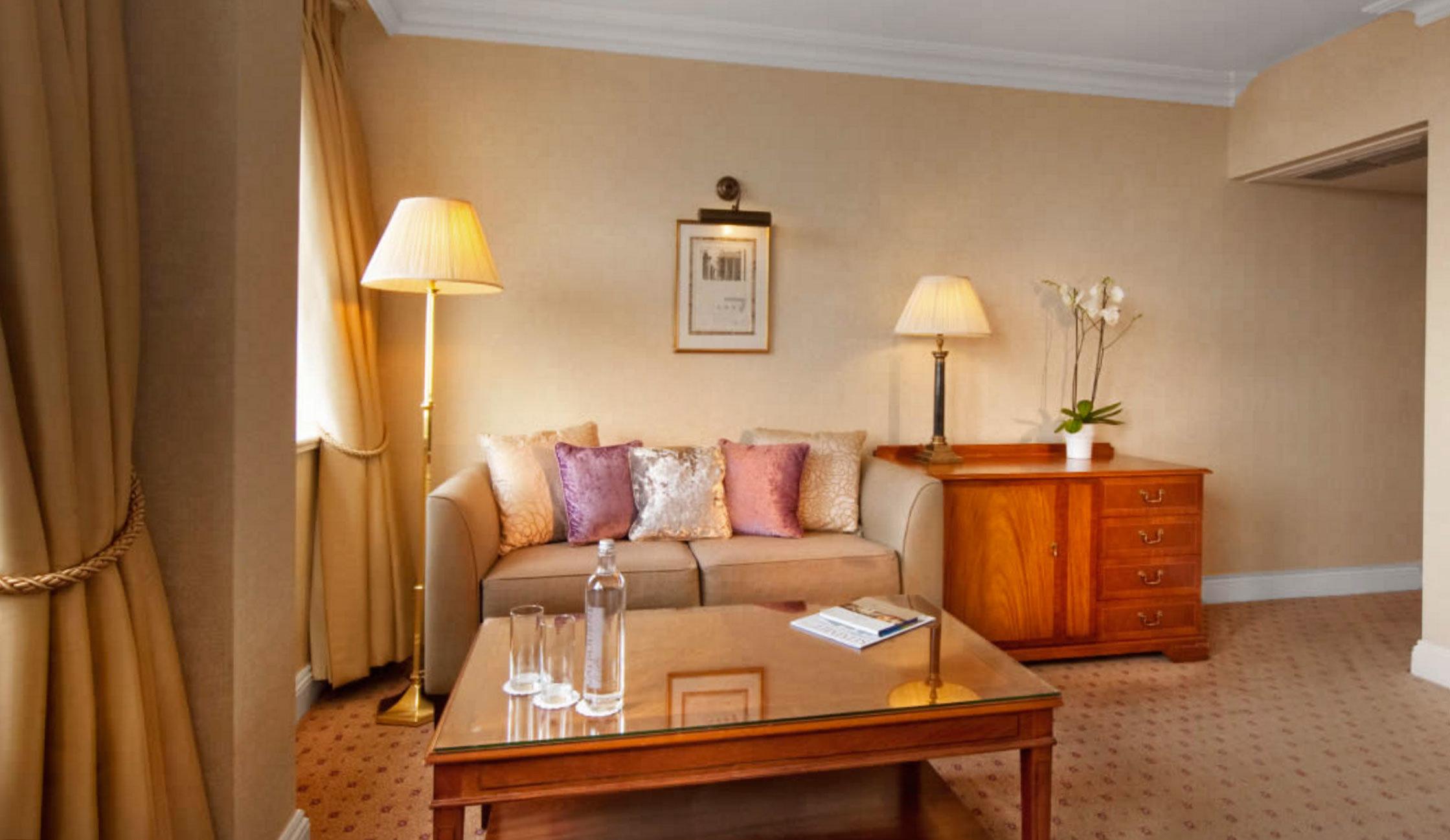 property Suite home cottage hardwood living room Bedroom lamp