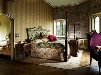 sofa property living room Bedroom home cottage hardwood Suite mansion