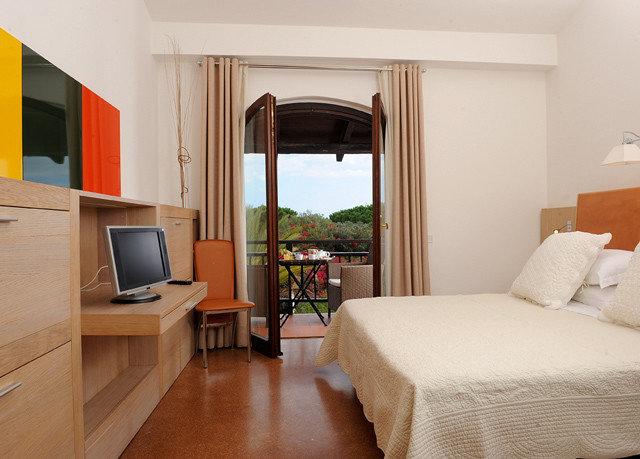 property Bedroom Suite home hardwood cottage living room