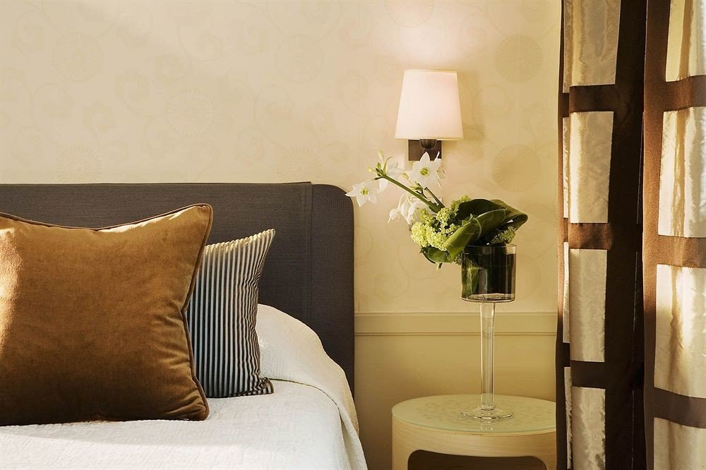property Suite Bedroom living room cottage lamp