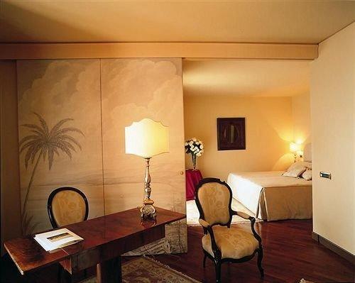 property Suite living room lighting cottage lamp Bedroom