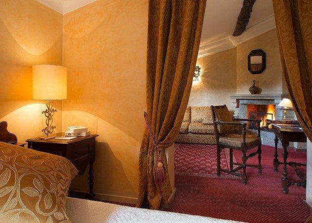 property Suite Bedroom cottage lamp
