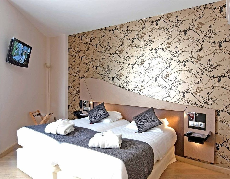 sofa property Bedroom cottage Suite living room