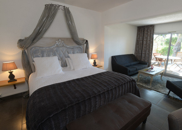 sofa property Bedroom cottage Suite
