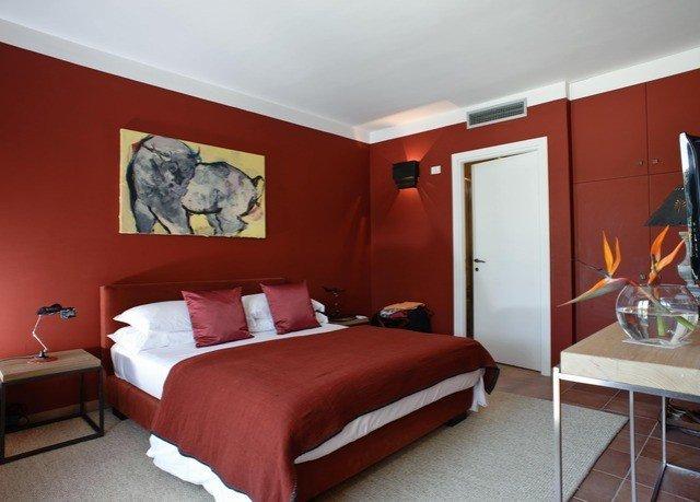 property Bedroom red Suite cottage