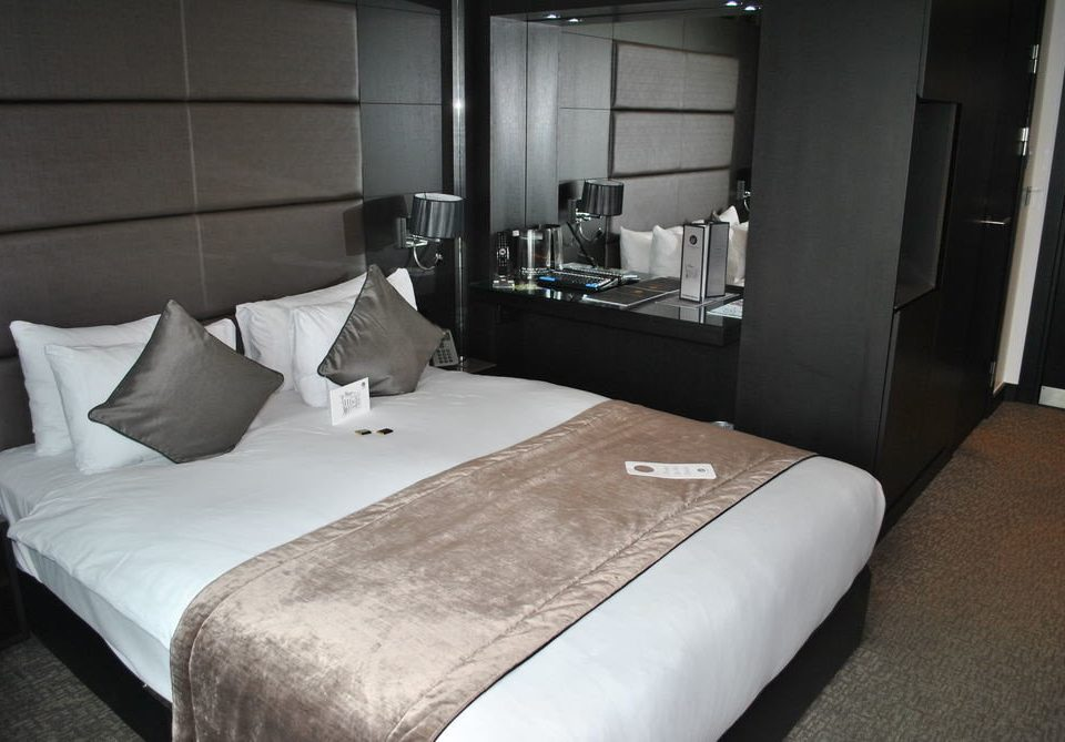 sofa property Bedroom vehicle Suite cottage