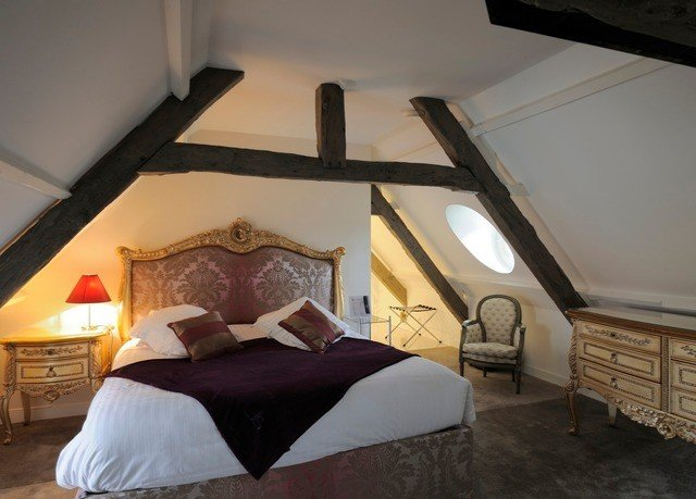 property Bedroom house cottage Villa attic Suite