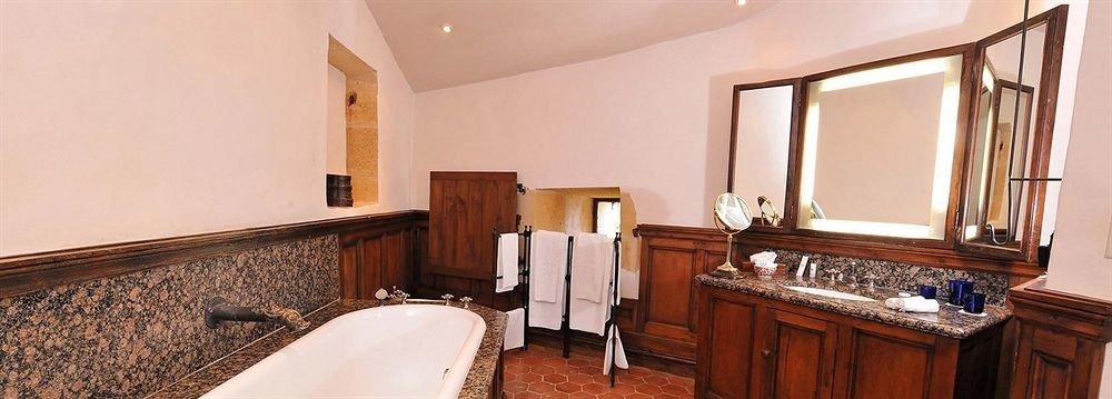bathroom property sink Suite cottage Villa mansion Bedroom tub bathtub