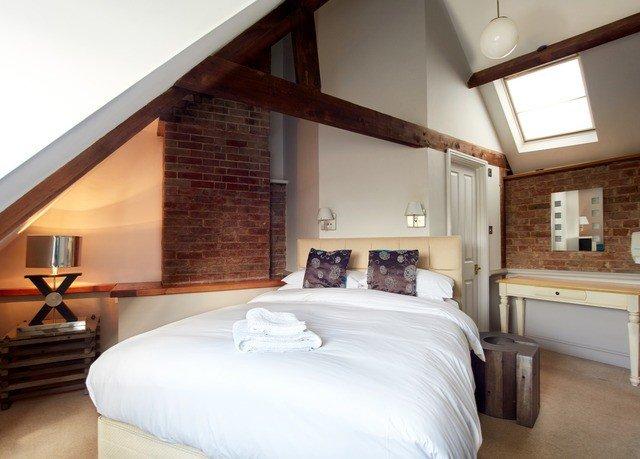 property Bedroom cottage Suite white home farmhouse Villa bed frame
