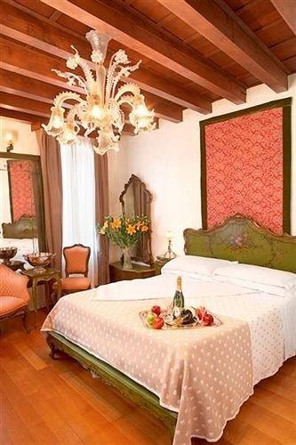 property Suite Bedroom living room cottage home bed sheet farmhouse Villa